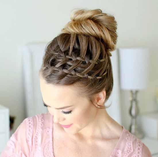 Gelin başı modelleri için kullanılan bu resimde, arkadan topuz, tepeden örgülü gelin saç modeline sahip güzel bir kadın görseli var.