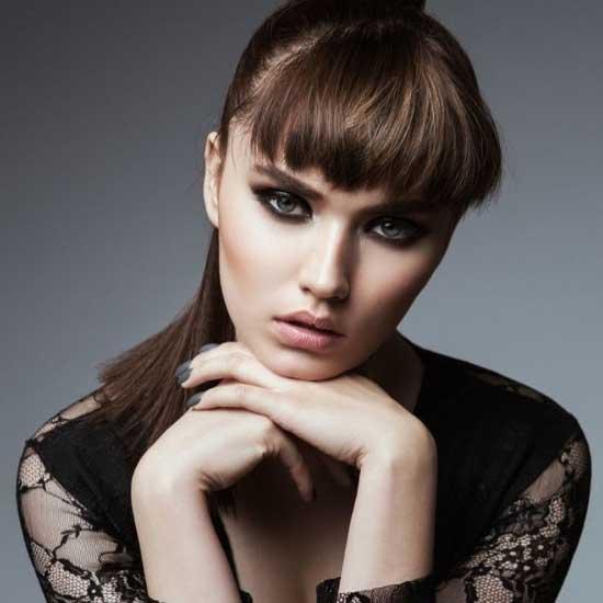 Uzun saç modelleri için kullanılan resimde, kakül ve at kuyruğu saç modeline sahip güzel bir kadın resmi var.