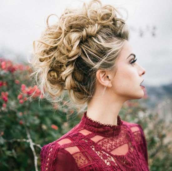 Uzun Saç Modelleri yazısı için kullanılan bu resimde modern kıvırcık saç stiline sahip bir bayan görseli var.