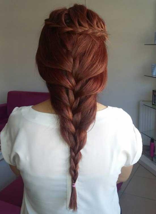 Uzun saç modelleri yazısı için kullanılan görselde, Ahmet Acar Bayan Kuaförü tarafından tasarlanmış, kızıl renkli örgülü at kuyruklu saç stili var.