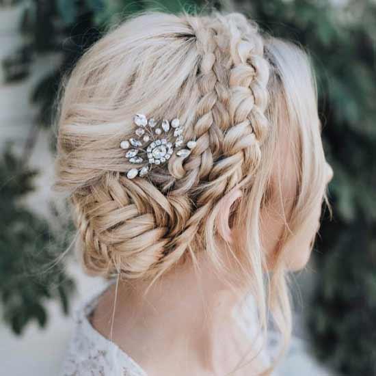 Gelin başı, gelin saç modelleri için kullanılan resimde gelinlik giymiş, saçı örgülü güzel bir kadın görseli var.