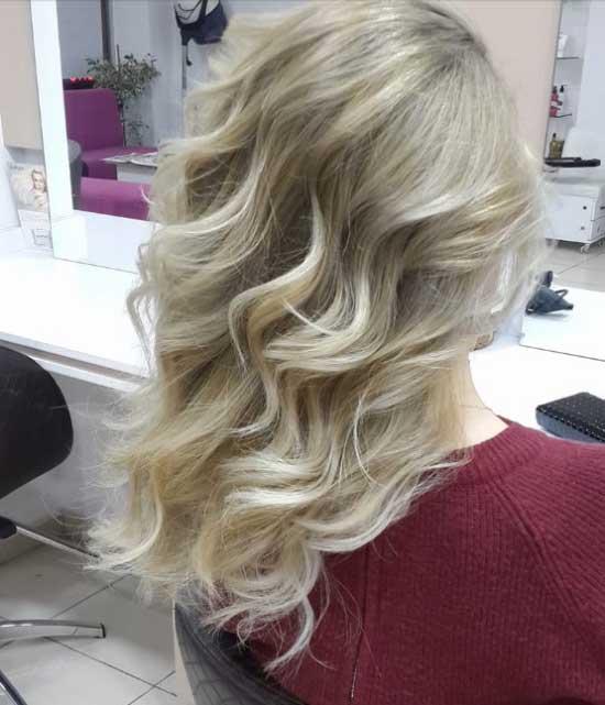Uzun saç modelleri yazısı için kullanılan görselde, Ahmet Acar Bayan Kuaförü tarafından tasarlanmış platin renkli uzun ve dalgalı saç modeli var.