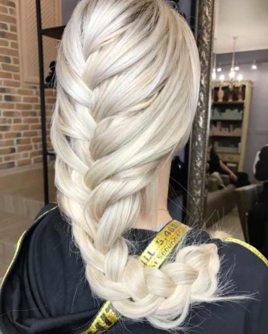 Uzun Saç Modelleri yazısı için kullanılan resimde, platin sarısı renkte uzun örgülü saça sahip kadın görseli var.