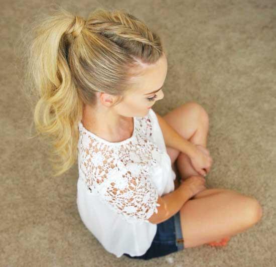 Uzun Saç Modelleri - Resimde örgülü ve dağınık at kuyruğu saç modeline sahip kadın görseli var.