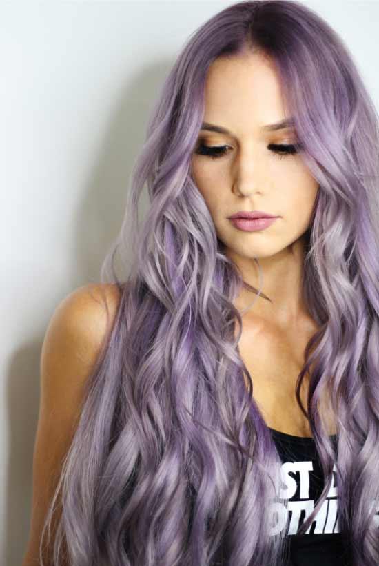 Uzun saç modelleri - Resimde dalgalı, mor uzun saç modeline sahip güzel bir kadın görseli var.