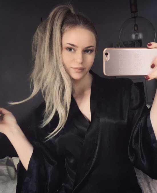 Uzun saç modelleri için kullanılan resimde uzun topuz saç modeli olan güzel ve çekici bir bayan var.