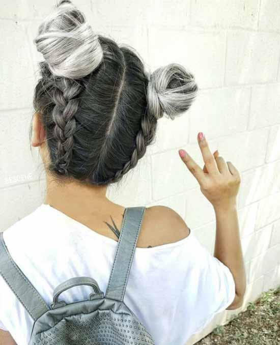 Ombre saç modelleri - Resimde, ombre boyama tekniği ile topuzlara ve örgülere gri ve platin renk tonları uygulanmış saç görseli var.
