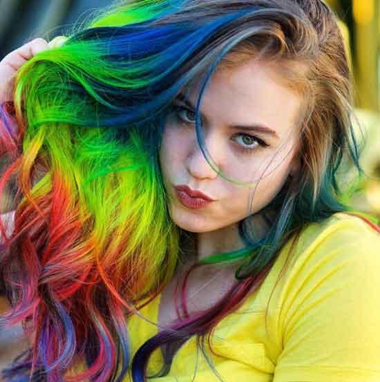 Ombre saç modelleri - Resimde 5 renk uygulanarak ombre boyama tekniği ile boyanmış uzun saç görseli var.