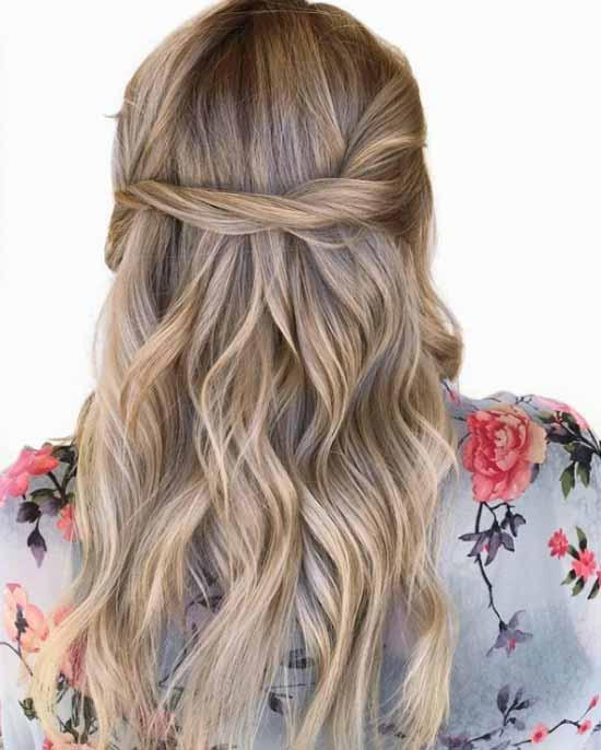Ombre saç modelleri - Resimde, ombre boyama tekniği ile açık ve koyu kahverengi ve sarı renk tonlarla boyalı, bir kadına ait uzun, dalgalı saç modeli var.