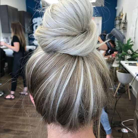 Ombre saç modelleri - Resimde, gri, platin ve kahverengi renk tonları kullanılarak ombre boyama tekniğiyle boyalı topuz saç görseli var.
