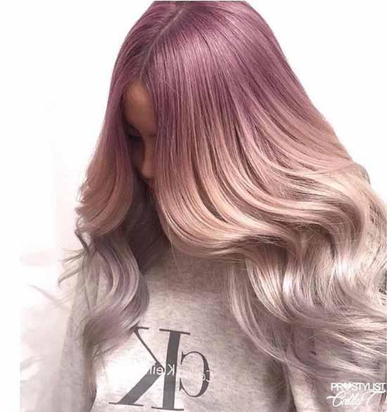 Ombre saç modelleri - Resimde, ombre boyama tekniği uygulanarak pembe ve gri renk tonlarıyla boyanmış uzun ve dalgalı kadın saçı görseli var.
