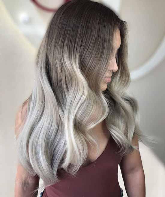 Ombre saç modelleri - Resimde, ombre boyama tekniği ile koyu kahverengi ve gri renk tonlarıyla boyalı, uzun ve dalgalı saç modeli var.