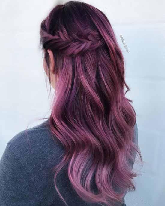 Ombre saç modelleri - Resimde, lila renk kullanılarak ombre boyama tekniği ile boyanmış uzun ve dalgalı kadın saçı görseli var.