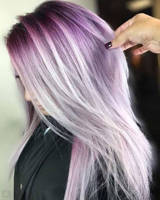 Ombre saç modelleri - Resimde, ombre boyama tekniği ile menekşe ve açık gri renk tonlarıyla boyalı, bir kadına ait uzun, dalgalı saç modeli var.