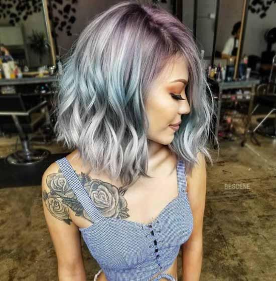 Ombre Saç Modelleri - Resimde metalik gümüş ve mavi renkler kullanılarak boyanmış kısa ombre saç modeli görseli var.