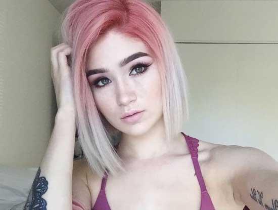 Ombre Saç Modelleri yazısı içi kullanılan pembe, kısa saçlı, sevimli kadın görseli.