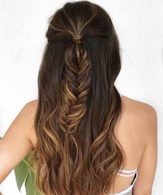 Ombre saç modelleri - Resimde, ombre boyama tekniği ile açık ve koyu kahverengi tonlarla boyalı, örgü at kuyruklu kadın ombre saç modeli var.