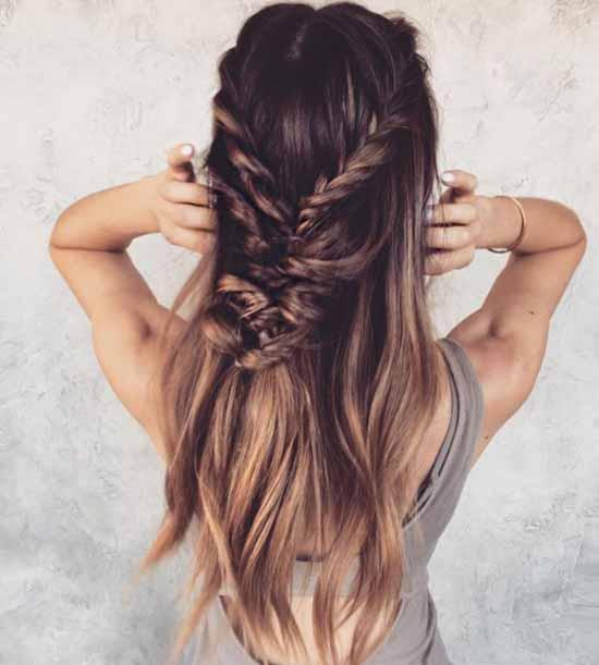 Ombre saç modelleri - Resimde, ombre boyama tekniği uygulanarak tepeden koyu renk tonundan saç uçlarına doğru açık renk tonuna yumuşak geçiş yapan uzun saç göreli var.