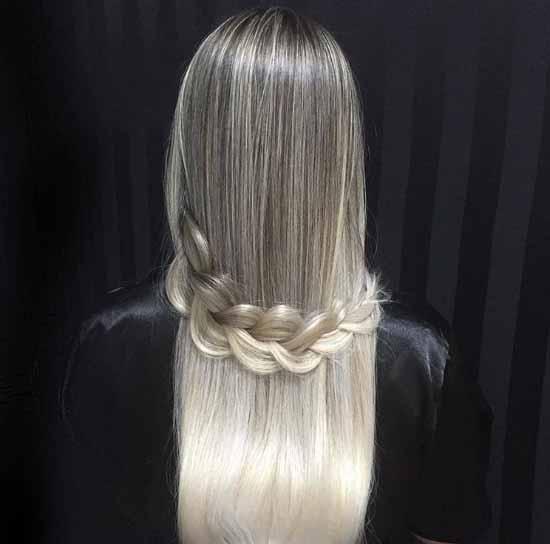 Ombre saç modelleri - Resimde bir kadına ait, ombre boyama tekniği uygulanarak gir ve sarı renk tonlarına boyanmış örgü ombre saç modeli görseli var.