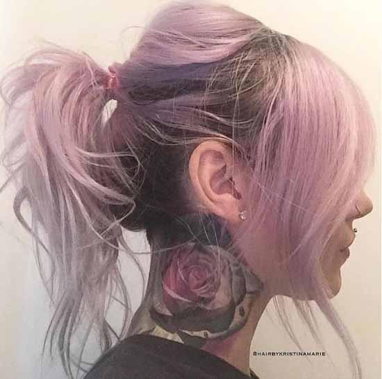 Ombre saç modelleri - Resimde, ombre boyama tekniği ile pembe renge boyalı at kuyruğu saç modeli var.