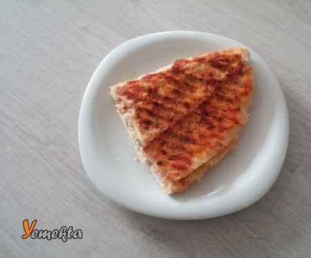 Tost yapımı için kullanılan resimde, tabak içerisinde servise hazır salçalı tost var.