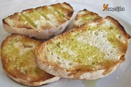 Sarımsaklı tost tarifi görseli.