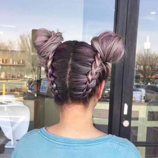Ombre saç modelleri - Resimde, ombre boyama tekniği ile topuzlara mor ve gri renk tonları uygulanmış ve arakaya örgüler örülmüş kadın saçı görseli var.