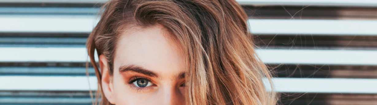 Ombre Saç Modelleri yazısı için kulanılan resimde, ombreli saça sahip güzel bir kadın var.