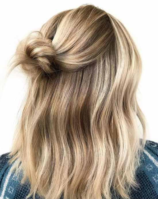 Ombre saç modelleri - Resimde, ombre boyama tekniği ilesarı ve kahverengi tonlarla boyalı, bir kadına ait uzun, dalgalı ve düğüm topuzlu saç modeli var.