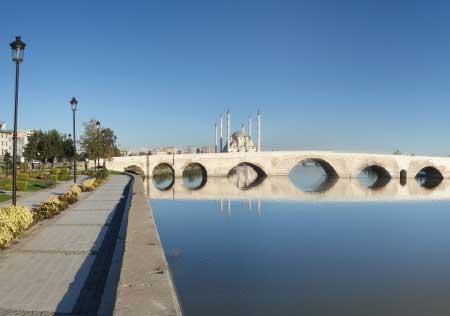Akdeniz bölgesi yemek kültürü - Resimde, Akdeniz bölgesinde bulunan Adana şehrine ait tarihi bir yapıt olan Taşköprü görseli var.
