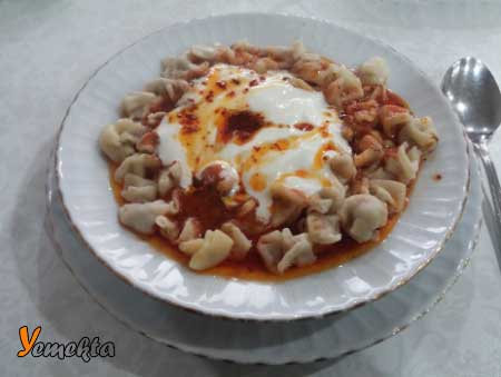 İç Anadolu Bölgesi yemek kültürü - Resimde, Kayseri iline ait yöresel bir yemek olan mantı görseli var.