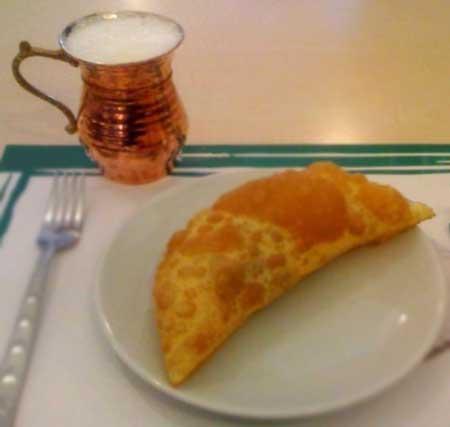 İç Anadolu Bölgesi Yemek Kültürü - Resimde, Eskişehir'in yöresel yemeği olan hamur işi çiğ börek görseli var.