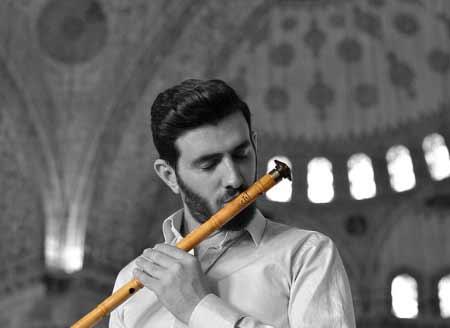 İç Anadolu Bölgesi Yemek Kültürü - Resimde Mevlana'nın şehri Konya ilimizde camide ney çalan bir erkek görseli var.