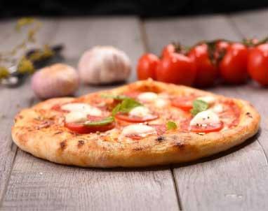 Öğrenci Yemekleri kategorisi için kullanılan resimde, yapımı kolay, pratik ve az malzemeli pizza görseli var.
