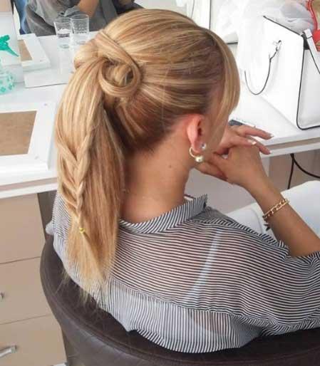 Ombre saç modelleri resimleri yazısı için kullanılan görselde, Ahmet Acar Bayan Kuaförü tarafından tasarlanmış at kuyruklu ombre saç modeline sahip bir bayan var.