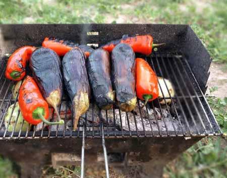 Akdeniz Bölgesi Yemek Kültürü - Resimde, ızgara ateşinde pişen patlıcan ve kırmızı biber görselleri var. Bu malzemelerle Antalya yöresine ait nefis Toros salatası yapılacak.