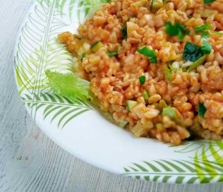 Akdeniz bölgesi yemek kültürü - Resimde, Kahramanmaraş iline ait yöresel bir yemek olan domatesli bulgur pilavı görseli var.