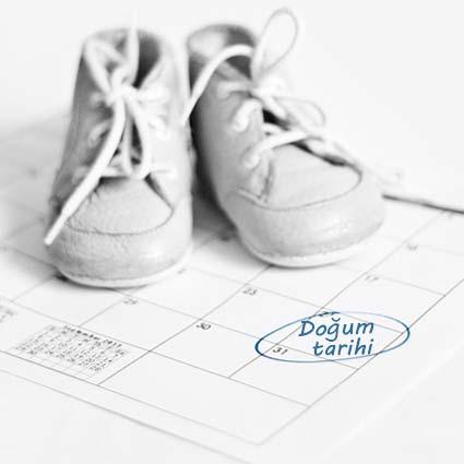 Hamielik hesaplama yazısı için kullanılan bu resimde, bir çift bebek ayakkabısı ve bebeğin doğacağı tarihi gösteren bir takvim var.