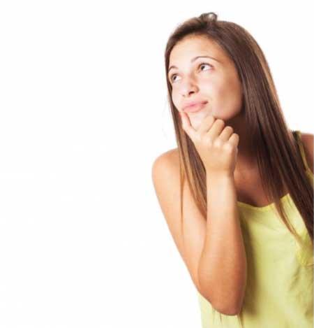 Hamilelikte cinsel ilişki ne sıklıkta olmalı yazısı için kullanılana resimde, düşünen bir hamile kadın görseli var.