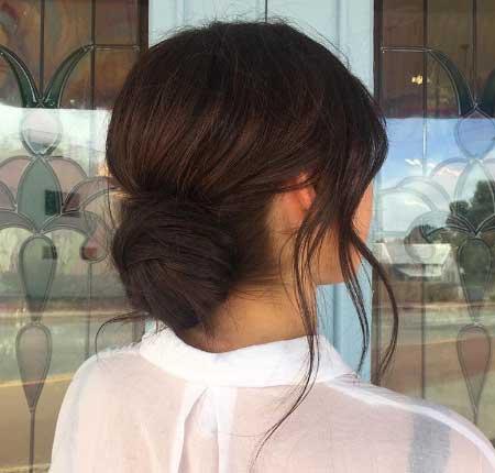 Dağınık Topuz Saç Modelleri - Resimde bir bayana ait basit ve hızlı yapılabilen dağınık topuz saç stili var.