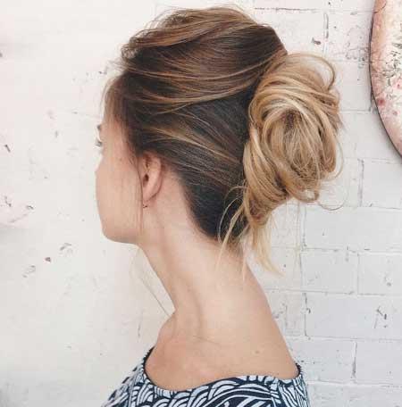 Dağınık topuz saç modelleri - Resimde,ince telli saçlarına arkadan iğne toka yardımıyla dağınık topuz saç modeli uygulanmış çekici bir kadın görseli var.