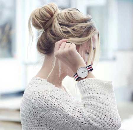 Dağınık Topuz Modelleri yazısı için kullanılan resimde, bükme yöntemiyle oluşturulmuş doğal topuz saç stiline sahip güzel bir kadın görseli var.