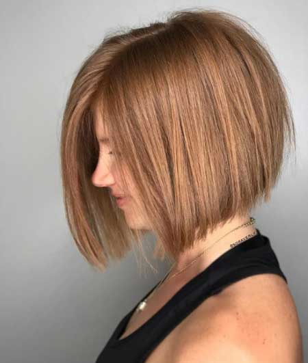Kısa ince telli saçlar için saç kesim modelleri bayan - Resimde bob kesim saç stiline sahip bir kadın var.