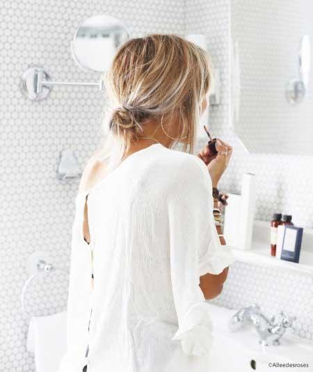 Dağınık Topuz Saç Modelleri - Resimde, dağınık topuzlu kısa saça sahip çekici bir genç kadın görseli var.