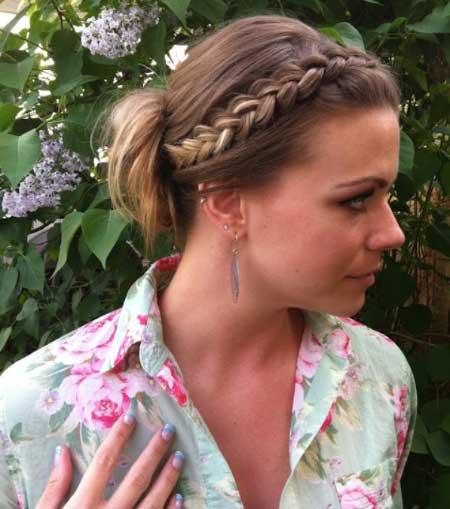 Topuz Saç Modelleri yazısı için kullanılan resimde, kadınlar için tasarlanmış örgülü topuz modeli var.
