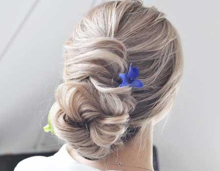 Dağınık Topuz Saç Modelleri için kullanılan resimde, dağınık topuz saç stiline sahip kadın var.