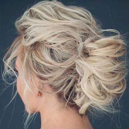 Dağınık Topuz Saç Modelleri yazısı için kullanılan resimde dağınık topuz saç stiline sahip uzun saçlı sarışın bir kadın var.