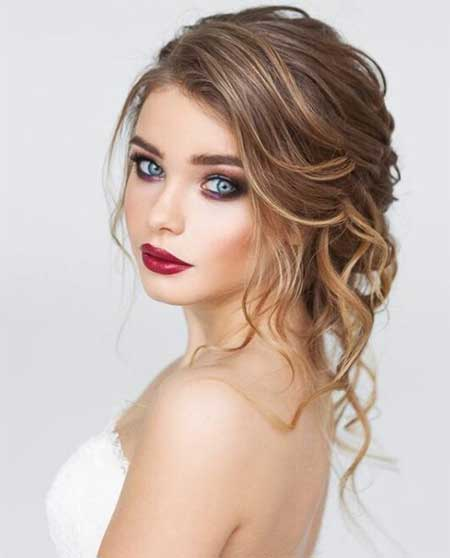Düğün Saç Modelleri 2018 yazısı için kullanılan resimde kaküllü, dalgalı ve dağınık saç modeline sahip güzel bir gelin var.