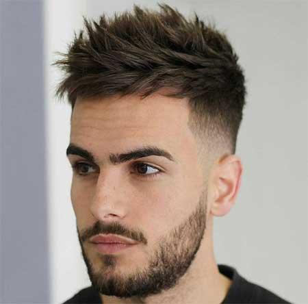 Erkek Saç Modelleri 2019 yazısı için kullanılan resimde, yanlar kısa, üstler orta boy ve dağınık saç stiline sahip yakışıklı bir erkek var.