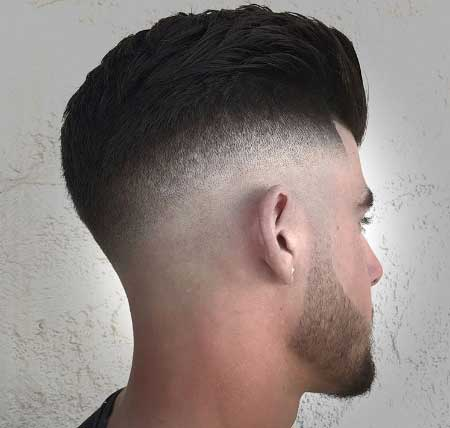Erkek Saç Modelleri 2019 yazısı için kullanılan resimde, yanlar kısa, üstler orta boy ve geriye taralı saç stiline sahip yakışıklı bir erkek var.
